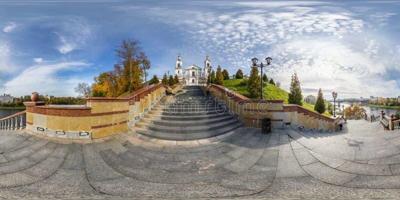Volledig naadloos sferisch panorama 360 graden van de hoekmening de dijk op de treden voor de Orthodoxe Kerk panorama 360 binnen royalty-vrije stock fotografie