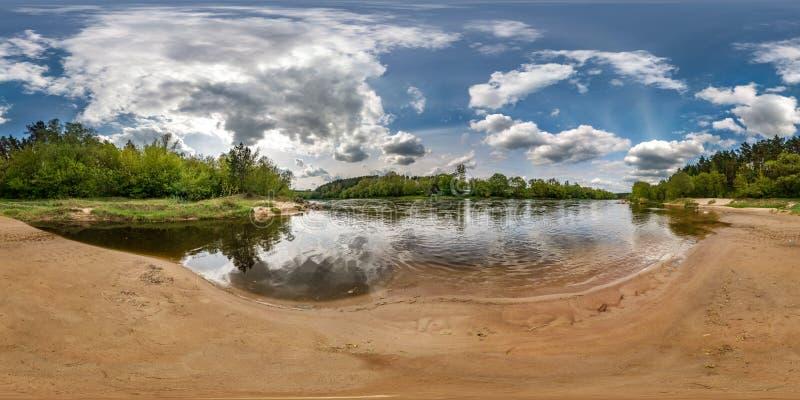 Volledig naadloos sferisch panorama 360 van de hoekgraden mening op de kust van brede rivier neman met mooie wolken in equirectan royalty-vrije stock afbeeldingen