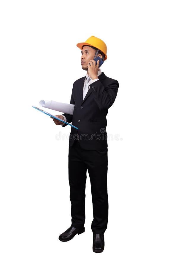 Volledig portret van Aziatische ingenieursmens status geïsoleerd op witte achtergrond met het knippen van weg ingenieur met gele  royalty-vrije stock fotografie
