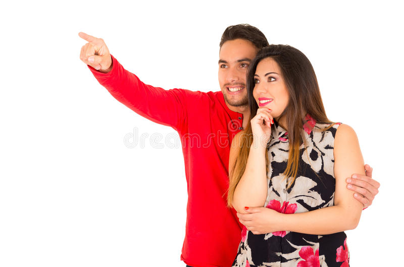 Volledig portret van gelukkig die paar op witte achtergrond wordt geïsoleerd royalty-vrije stock foto