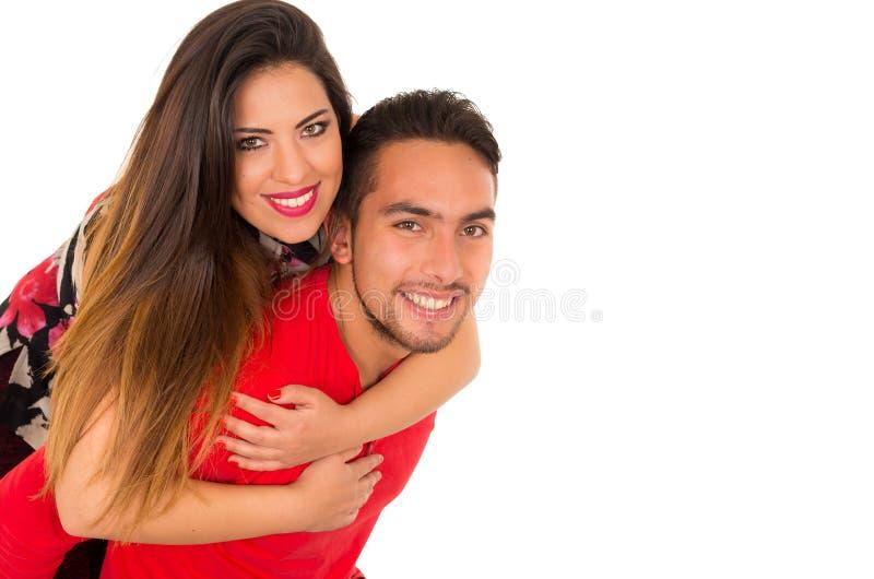 Volledig portret van gelukkig die paar op witte achtergrond wordt geïsoleerd Aantrekkelijke man en vrouw die speels zijn royalty-vrije stock foto