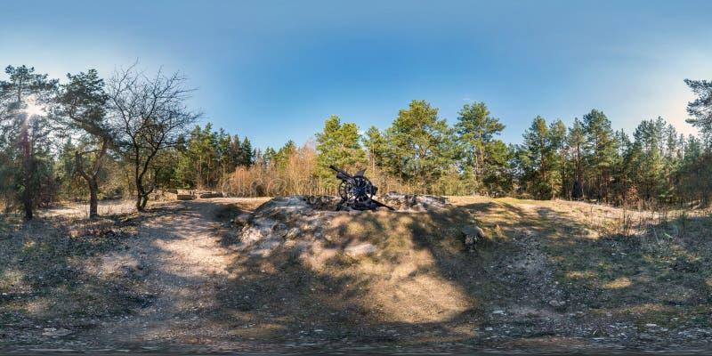 Volledig sferisch hdripanorama 360 van de hoekgraden mening op grint de voetvoetpad en weg van de fietssteeg in pinery bos dichtb royalty-vrije stock foto's