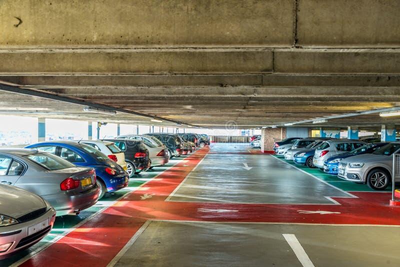 Volledig stedelijk binnenparkeerterrein in modern winkelcomplex stock afbeeldingen