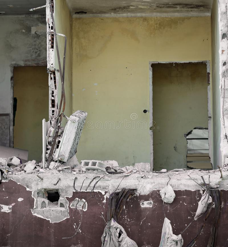 Volledig vernietigde ruimte van een huis met doen ineenstorten muren royalty-vrije stock foto's