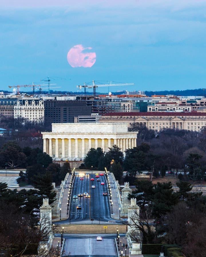 Volledig Wolf Moon Over Lincoln Memorial stock afbeeldingen