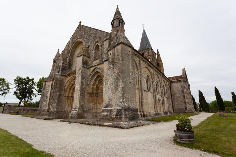 Volledig zijaanzicht van Aulnay DE Saintonge kerk stock foto