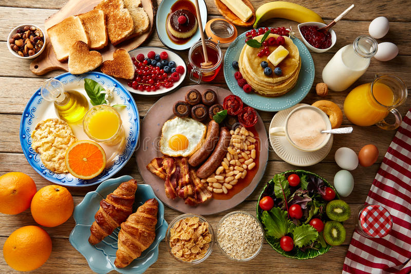 Volledige continentaal van het ontbijtbuffet en Engels stock afbeelding