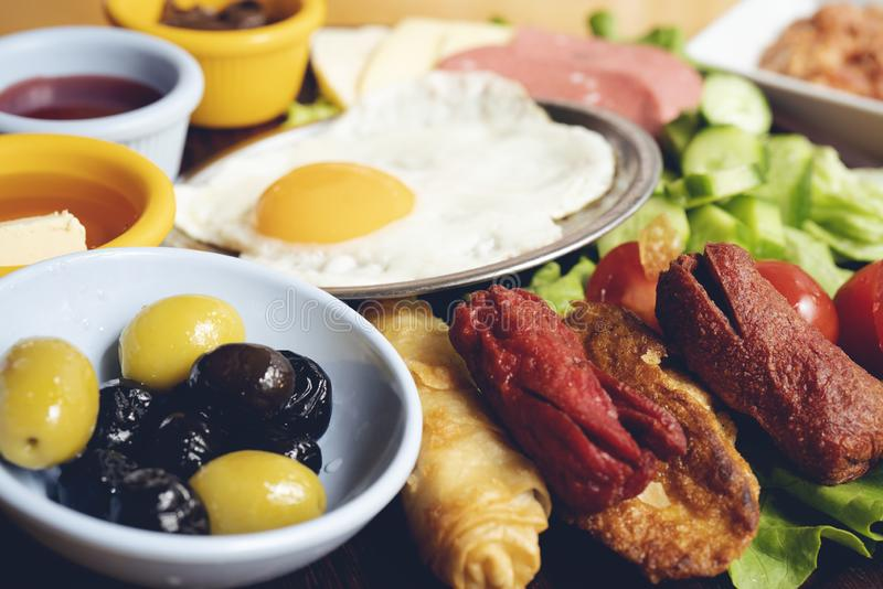 Volledige continentaal van het ontbijtbuffet en Engels stock foto's