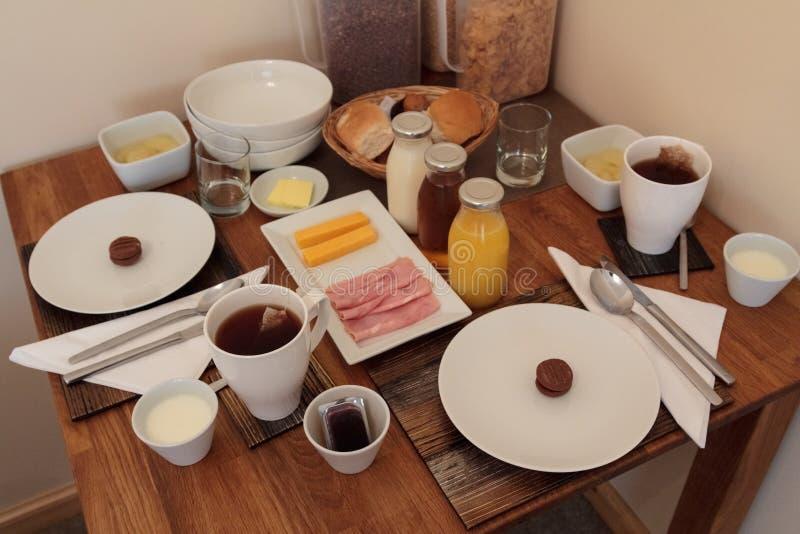 Volledige continentale ontbijtlijst voor twee stock foto