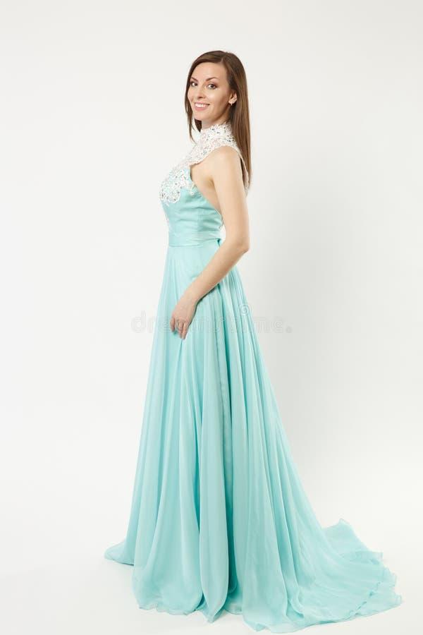 Volledige de mannequinvrouw die van de lengtefoto het elegante avondjurk blauwe toga stellen dragen geïsoleerd op witte muurachte stock foto