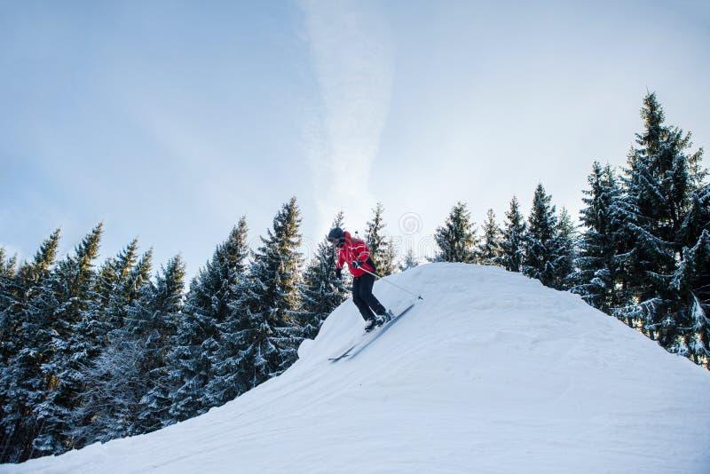 Volledige die lengte van een vrouw wordt geschoten die in de bergen ski?en royalty-vrije stock afbeelding