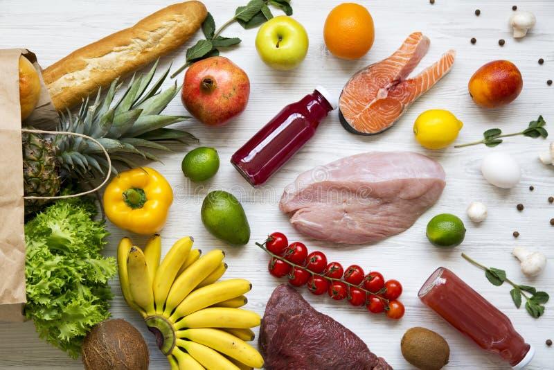 Volledige document zak divers voedsel op een witte houten achtergrond Close-up royalty-vrije stock foto's