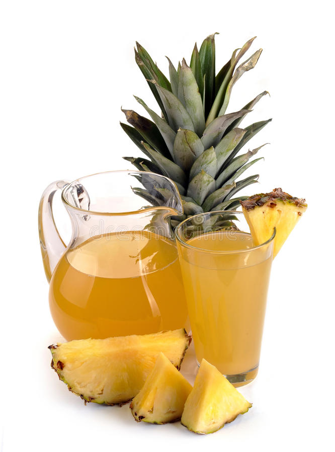 Volledige glas en kruik ananassap stock foto's