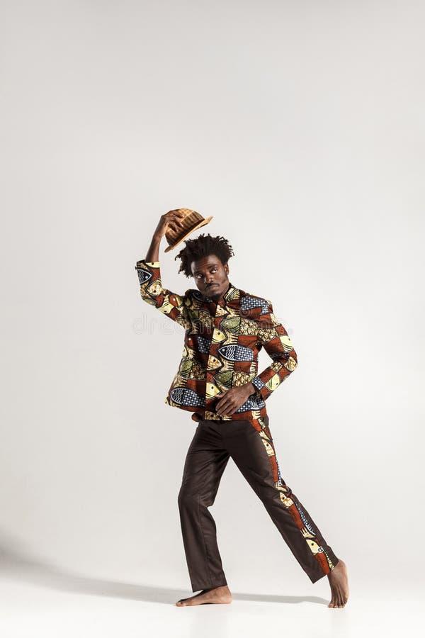 Volledige hoogtefoto van de nadenkende Afrikaanse mens royalty-vrije stock fotografie