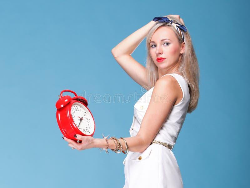 Volledige jonge de vrouwen rode klok van het lengtePortret vrij royalty-vrije stock afbeeldingen