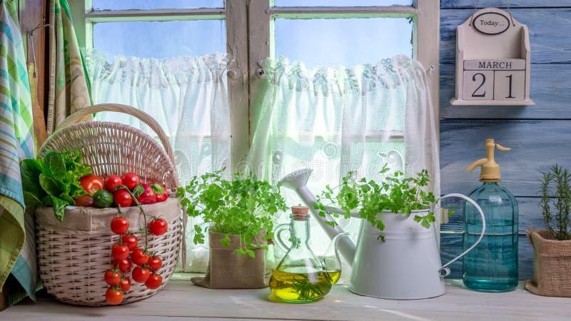Volledige keuken met verse de lentegroenten royalty-vrije stock foto
