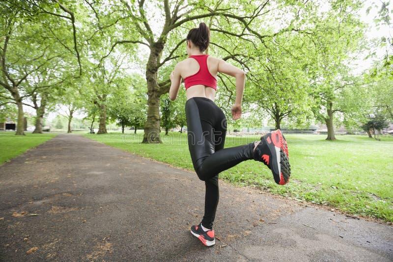 Volledige lengte achtermening van vrouwenjogging in park royalty-vrije stock afbeeldingen