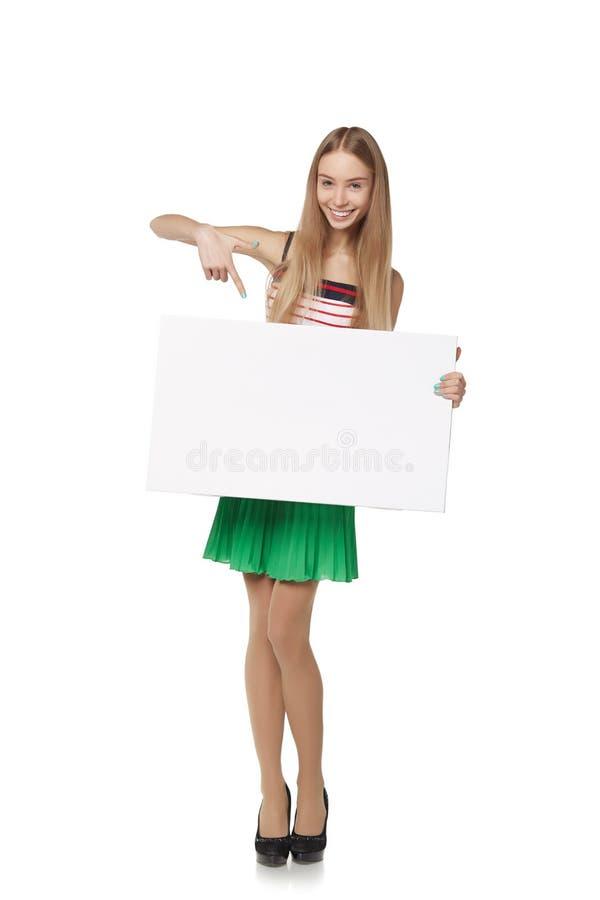 Volledige lengte die van mooie vrouw, witte bl houden zich erachter bevinden stock foto