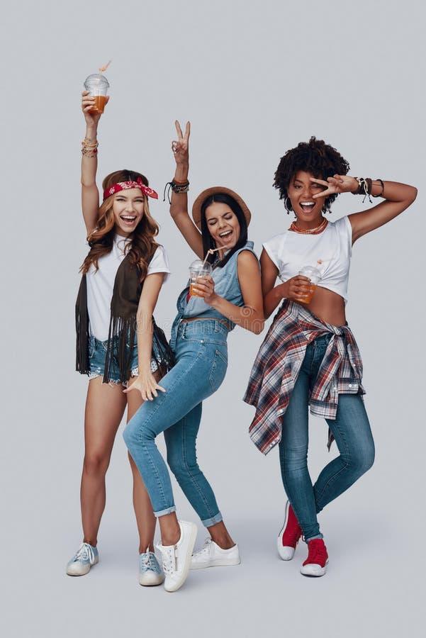 Volledige lengte van drie aantrekkelijke jonge vrouwen stock fotografie