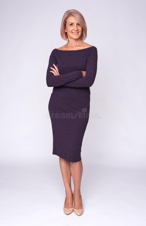 Volledige lengte van een modieuze oude vrouw royalty-vrije stock foto