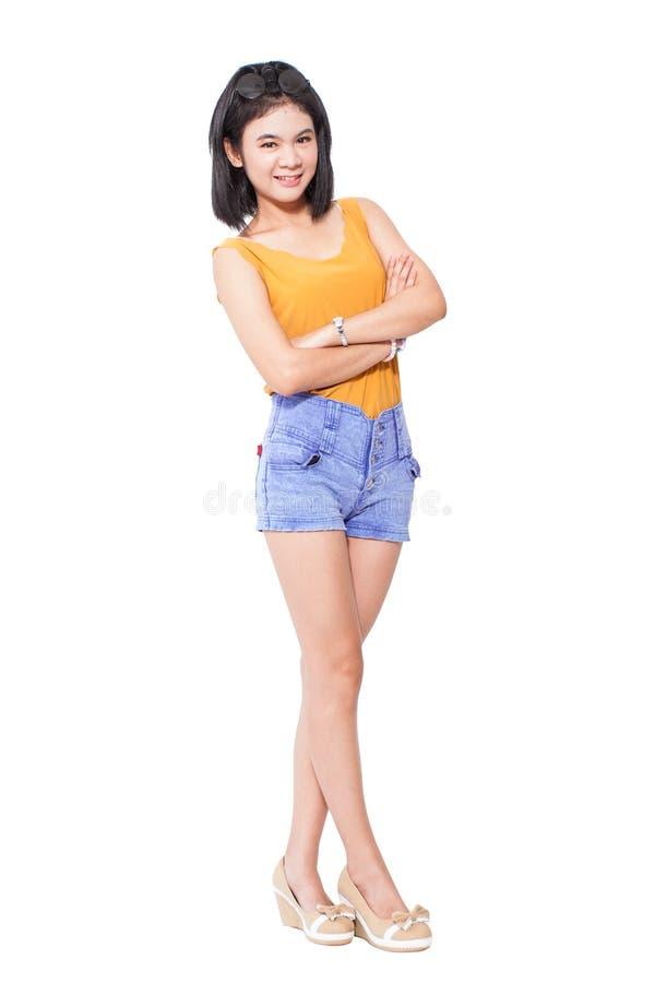 Volledige lengte van het gelukkige jonge vrouw glimlachen stock fotografie