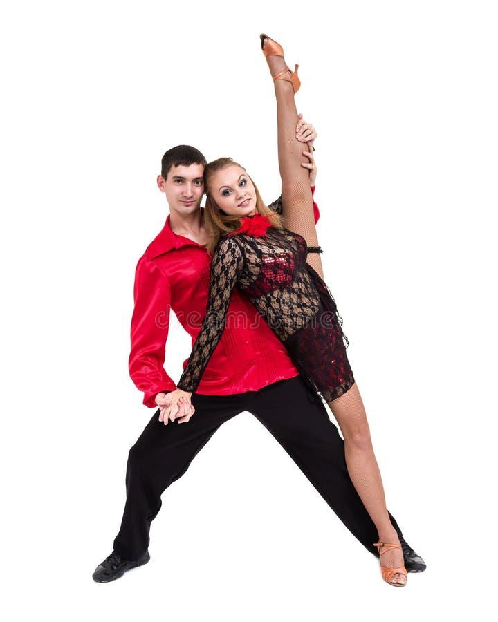 Volledige lengte van jong balletpaar die tegen geïsoleerd wit dansen royalty-vrije stock foto