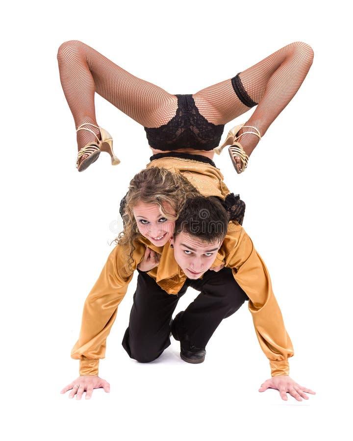 Volledige lengte van jong balletpaar die tegen geïsoleerd wit dansen royalty-vrije stock afbeelding