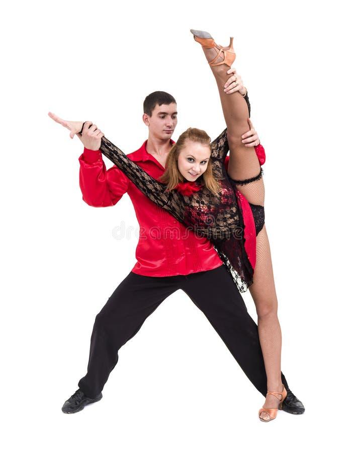 Volledige lengte van jong balletpaar die tegen geïsoleerd wit dansen stock foto