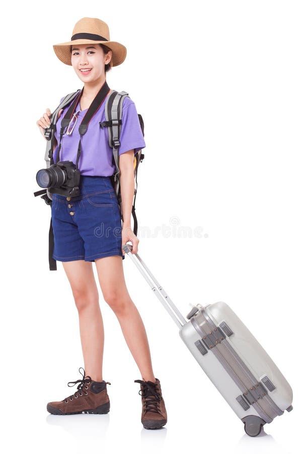 Volledige lengte van jonge vrouw in het toevallige lopen met de reiszak stock fotografie