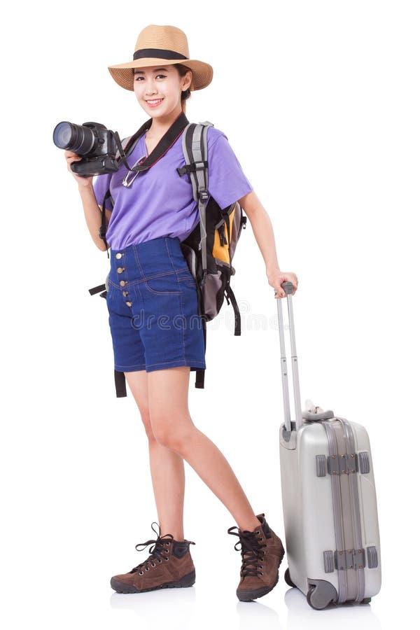 Volledige lengte van jonge vrouw in het toevallige lopen met de reiszak stock afbeelding