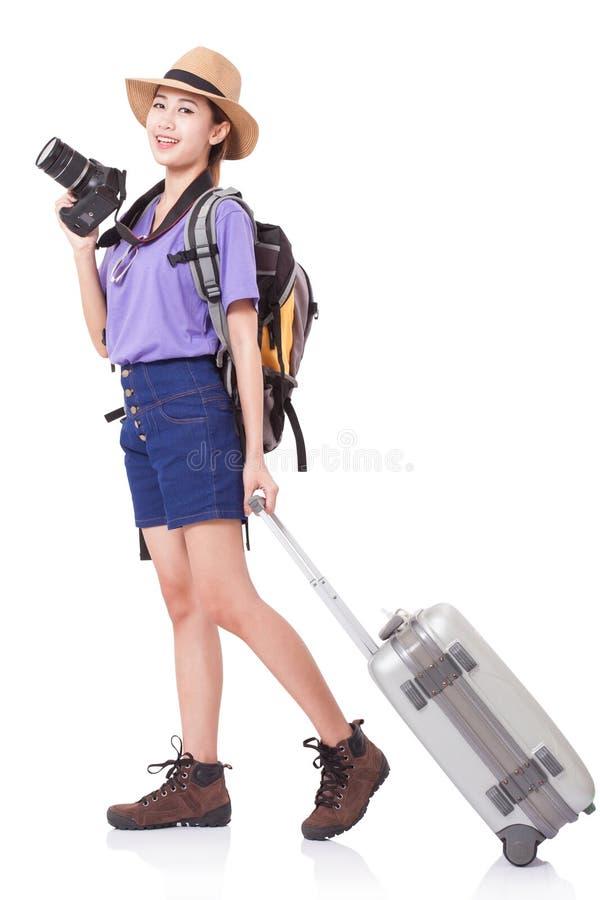 Volledige lengte van jonge vrouw in het toevallige lopen met de reiszak stock foto's