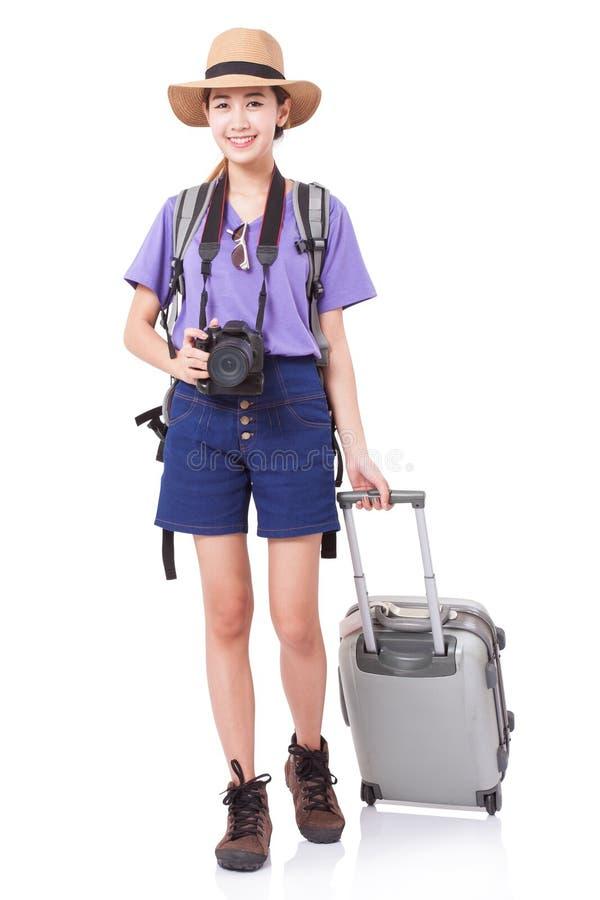 Volledige lengte van jonge vrouw in het toevallige lopen met de reiszak royalty-vrije stock afbeeldingen