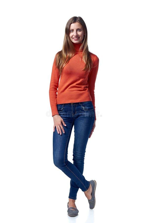 Volledige lengte van jonge vrouw in jeans die zich terloops bevinden stock foto's