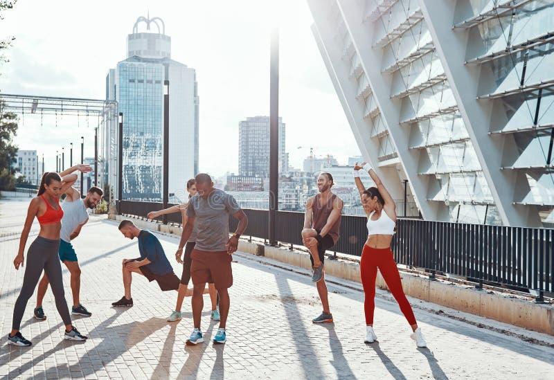 Volledige lengte van mensen in sporten kleding stock foto's