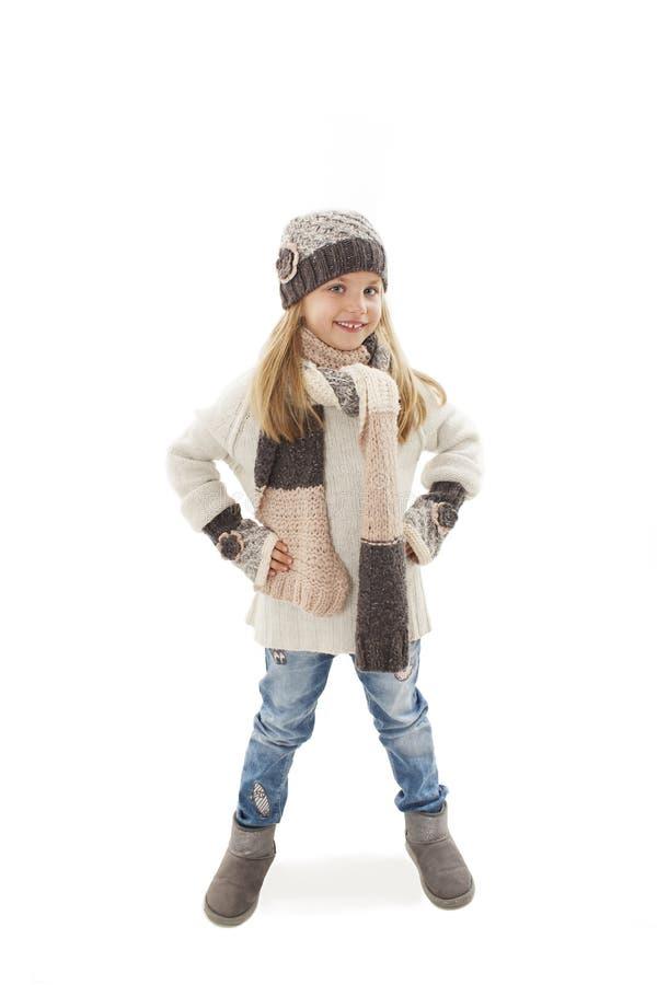 Volledige lengte van mooi Kaukasisch blonde modieus meisje in warme kleren, glimlachen De stijl van de winter royalty-vrije stock foto's