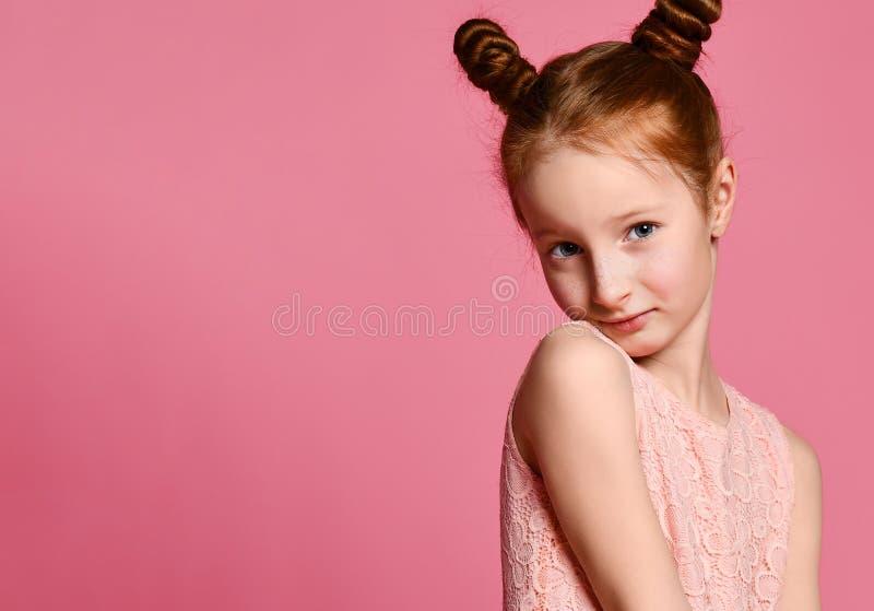 Volledige lengte van mooi meisje in kleding die en zich over roze achtergrond bevinden stellen stock foto