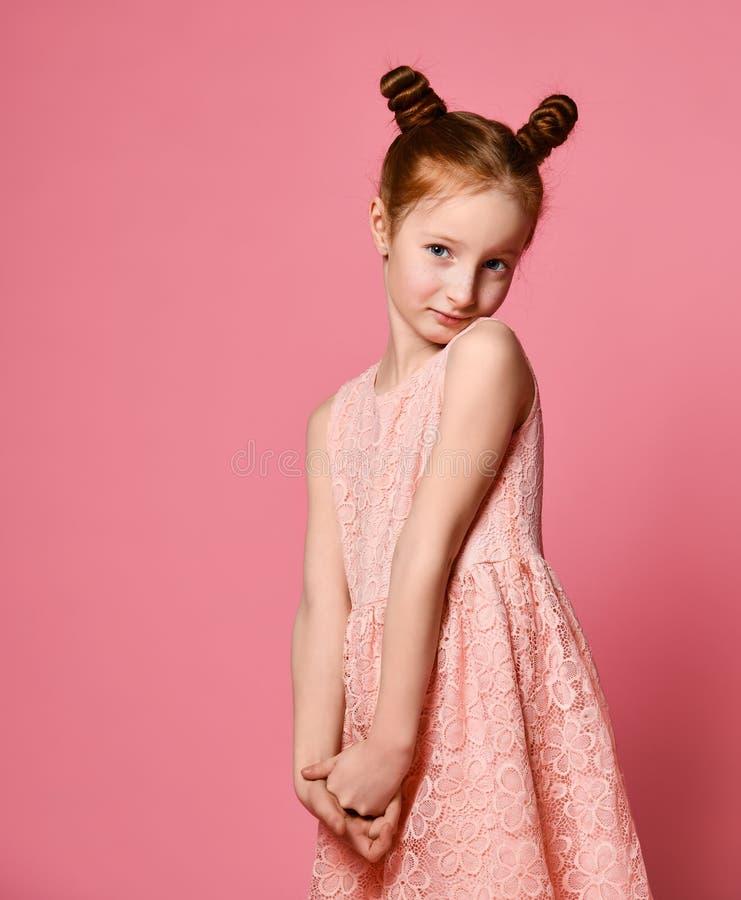 Volledige lengte van mooi meisje in kleding die en zich over roze achtergrond bevinden stellen royalty-vrije stock fotografie