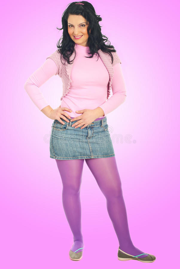 Volledige lengte van mooi meisje in roze kleren royalty-vrije stock fotografie