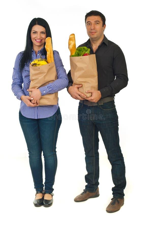 Volledige lengte van paar met het winkelen voedsel stock foto
