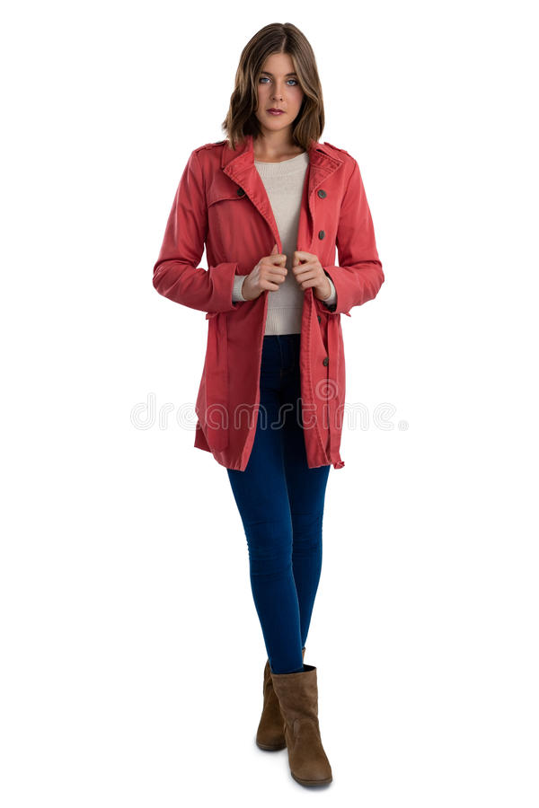 Volledige lengte van portret van jonge vrouw die warme kleding dragen stock afbeelding