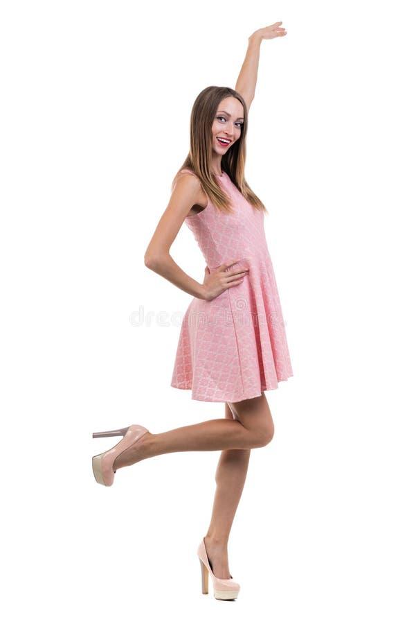 Volledige lengte van sensuele vrouw in het korte kleding stellen stock foto's