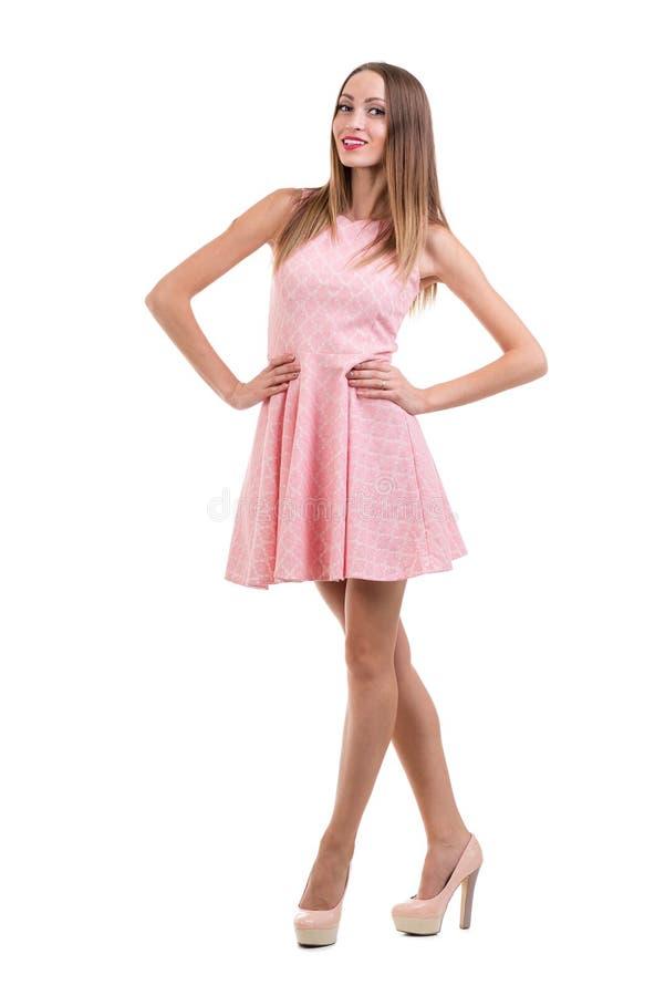 Volledige lengte van sensuele vrouw in het korte kleding stellen stock foto