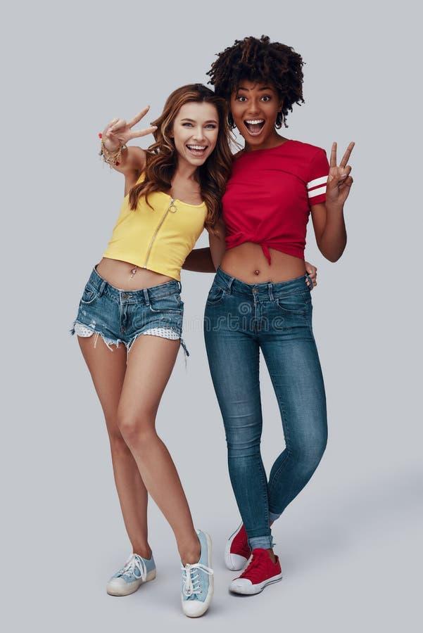 Volledige lengte van twee aantrekkelijke jonge vrouwen stock fotografie
