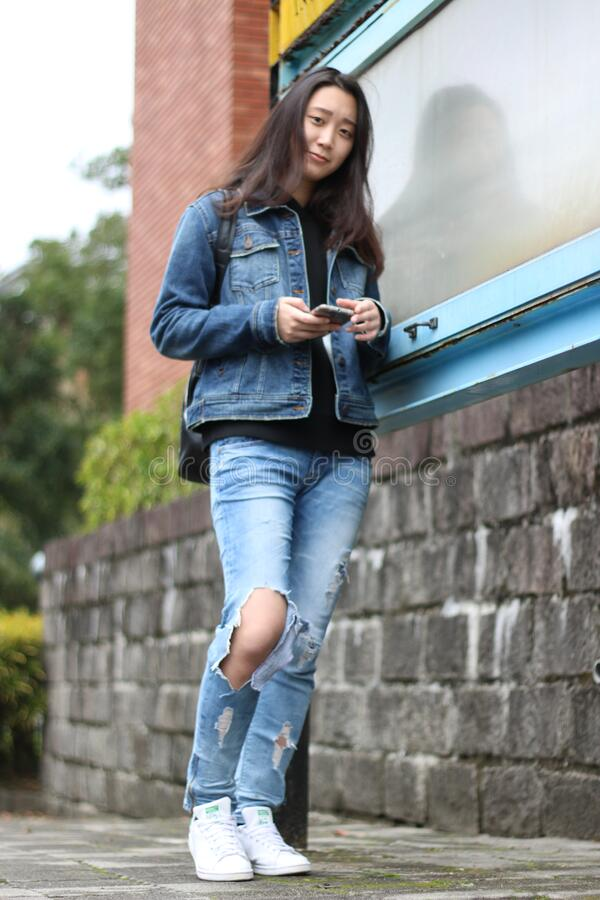 Volledige Lengte van Vrouw die Mobiele Telefoon in Stad met behulp van royalty-vrije stock fotografie