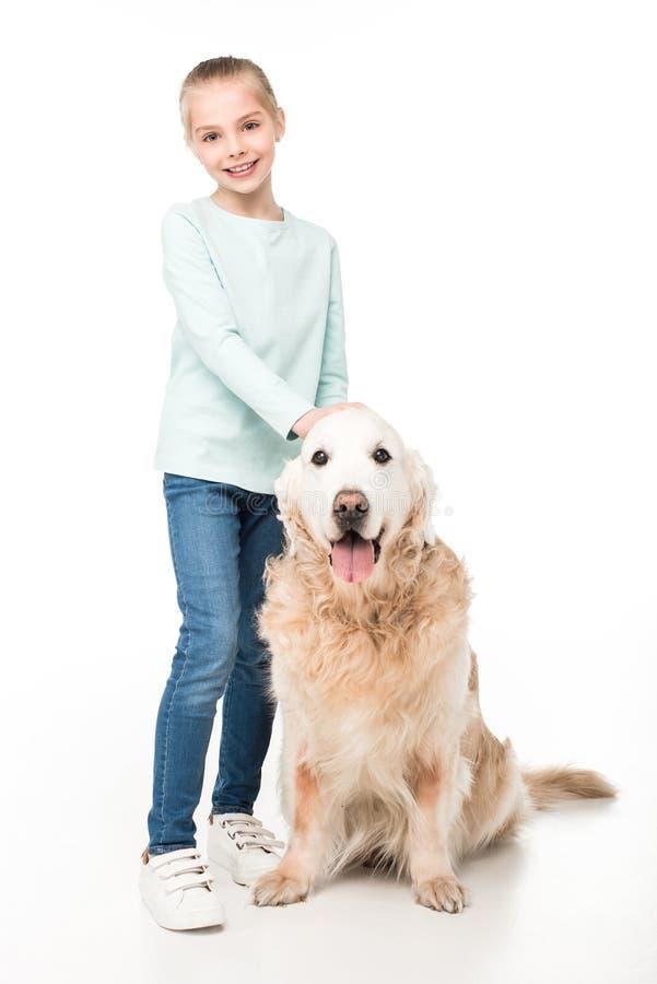 volledige lengtemening die van glimlachend meisje zich met golden retrieverhond bevinden royalty-vrije stock fotografie
