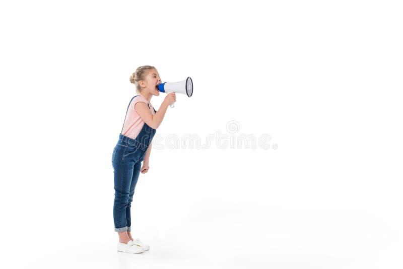 Volledige lengtemening van het aanbiddelijke meisje gillen in megafoon stock afbeelding