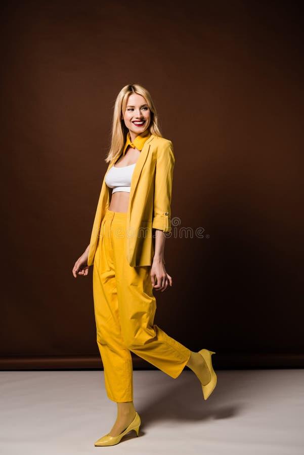 volledige lengtemening van vrolijk blondemeisje stock foto's