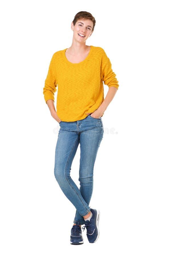 Volledige lichaams mooie jonge vrouw die met kort haar tegen geïsoleerde witte achtergrond glimlachen stock afbeelding