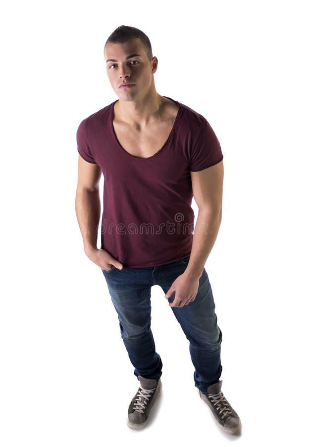 Volledige lichaamsfoto van de knappe jonge die mens met t-shirt hierboven wordt geschoten van stock fotografie