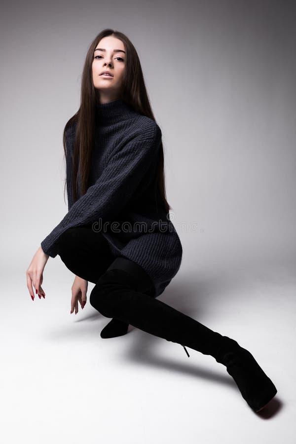 Volledige lichaamsmening van jonge die mannequinzitting op de vloer op wit wordt geïsoleerd royalty-vrije stock foto